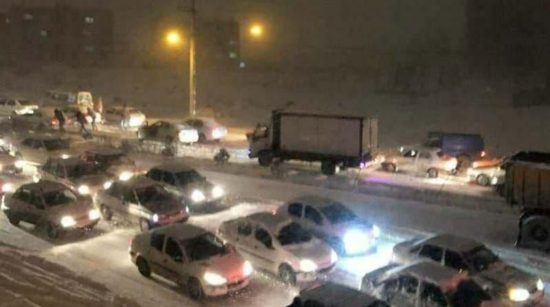 برف و یخبندان خودروها را در خیابان های اردبیل زمین گیر کرد
