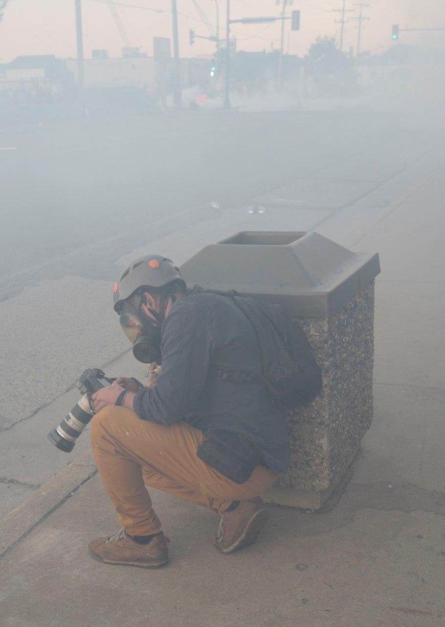 سنگر گرفتن عکاس رویترز در جریان تظاهرات مینیاپولیس آمریکا