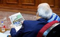 تصاویر: اکبر طبری در حال خواندن روزنامه در دادگاه