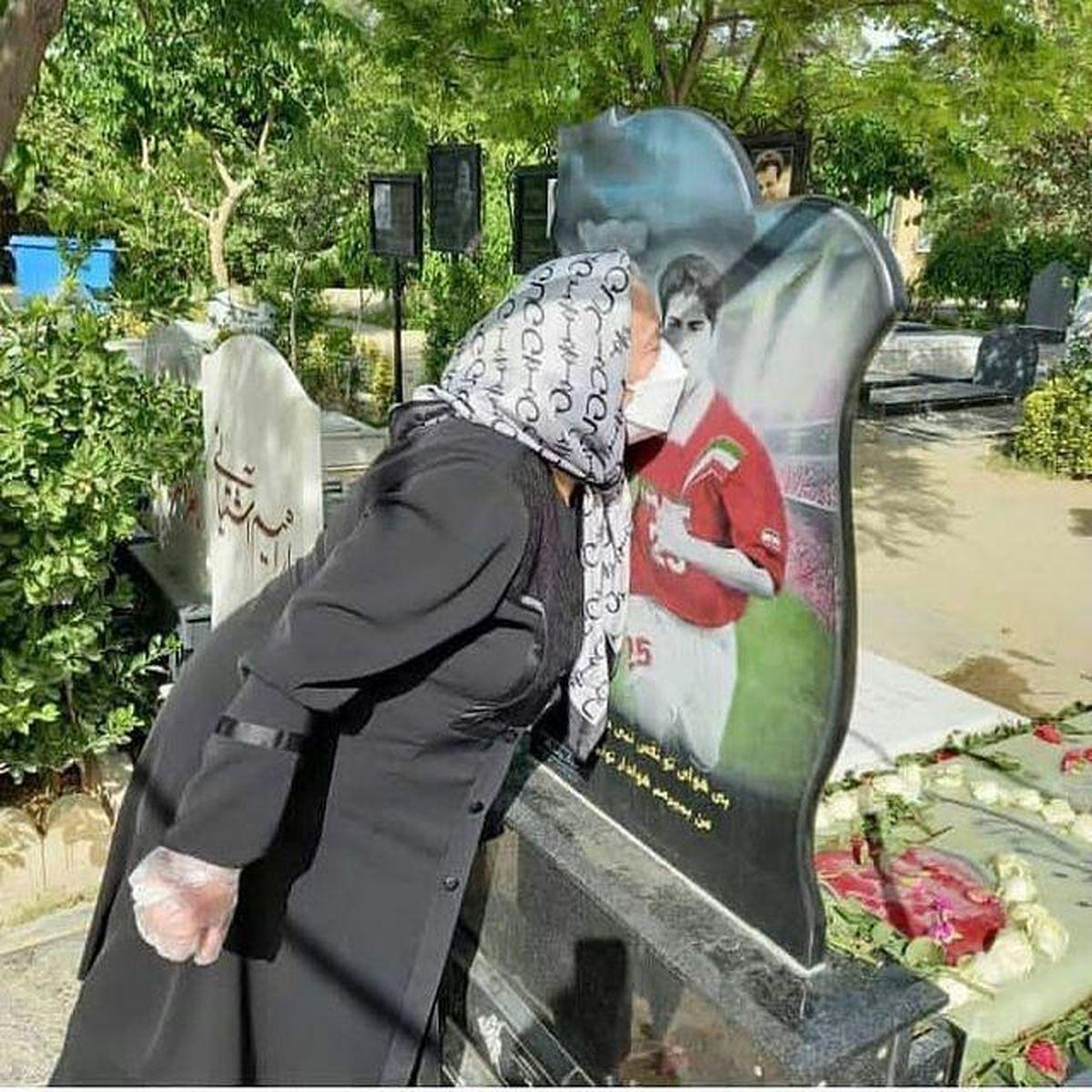 صحنه ای دردناک از مادر مهرداد میناوند بر مزار پسرش +عکس