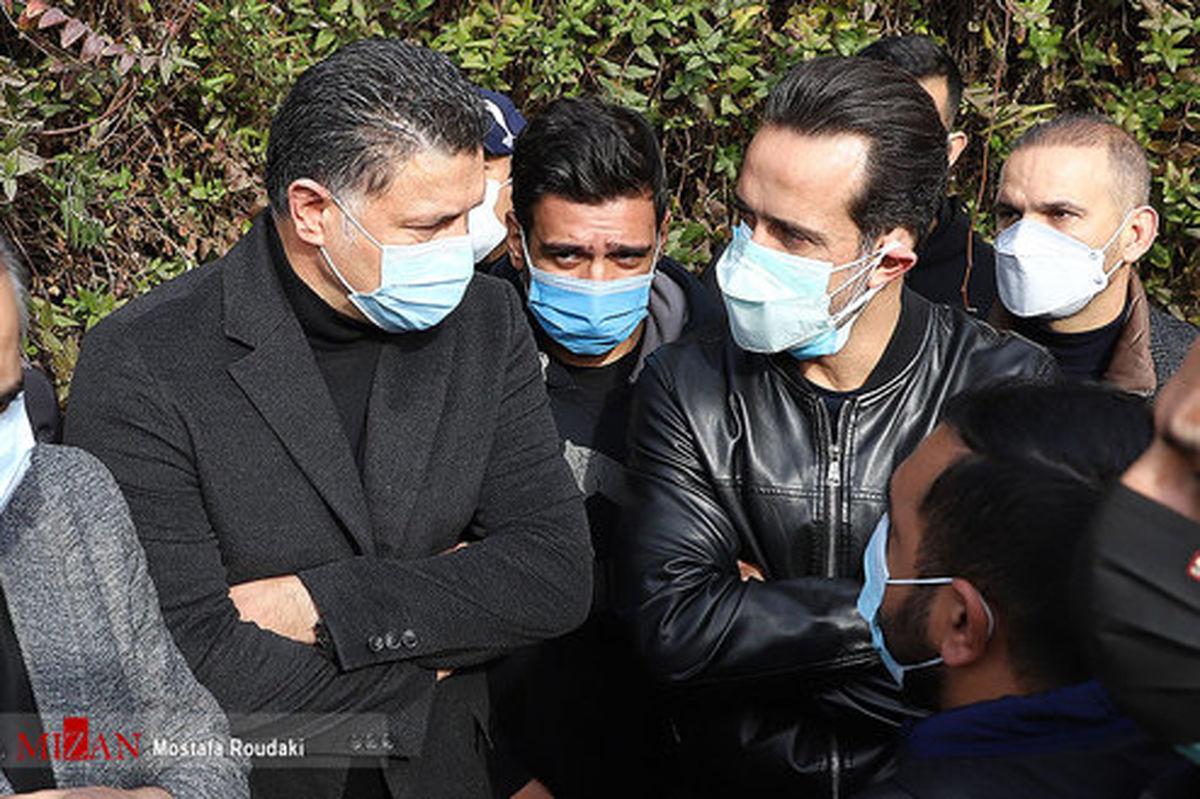 علی کریمی با ۳ ماسک در مراسم تدفین «مهرداد میناوند» +عکس