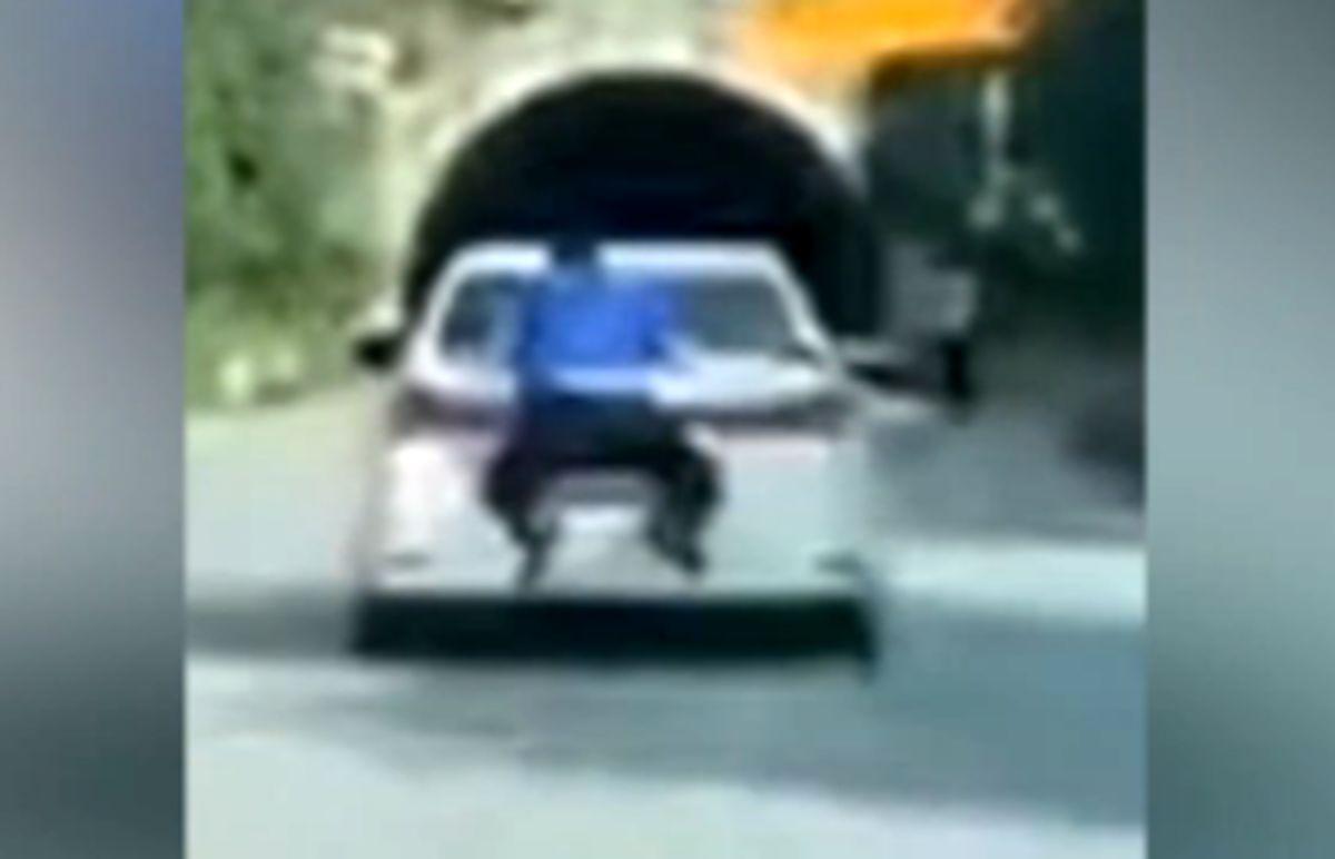 اقدام خطرناک پلیس برای متوقف کردن راننده فراری! +فیلم
