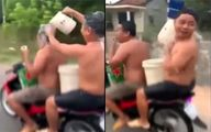 حمام کردن حین موتورسواری در خیابان! +فیلم