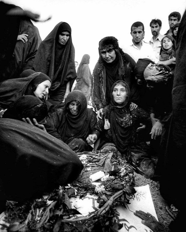 عزاداری بر مزار یک شهید جنگ ایران و عراق +عکس
