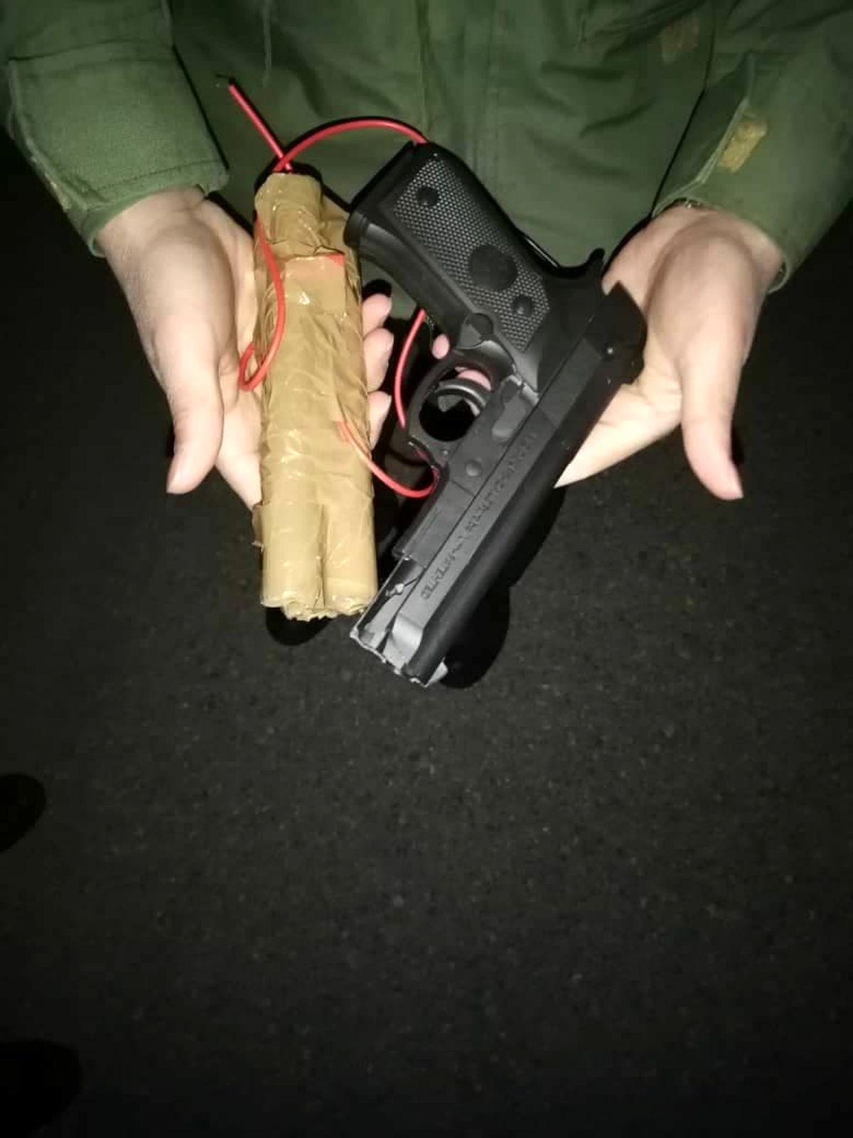 تصاویر:  اسلحه پلاستیکی و  بمب چسبی هواپیماربای مشهد!