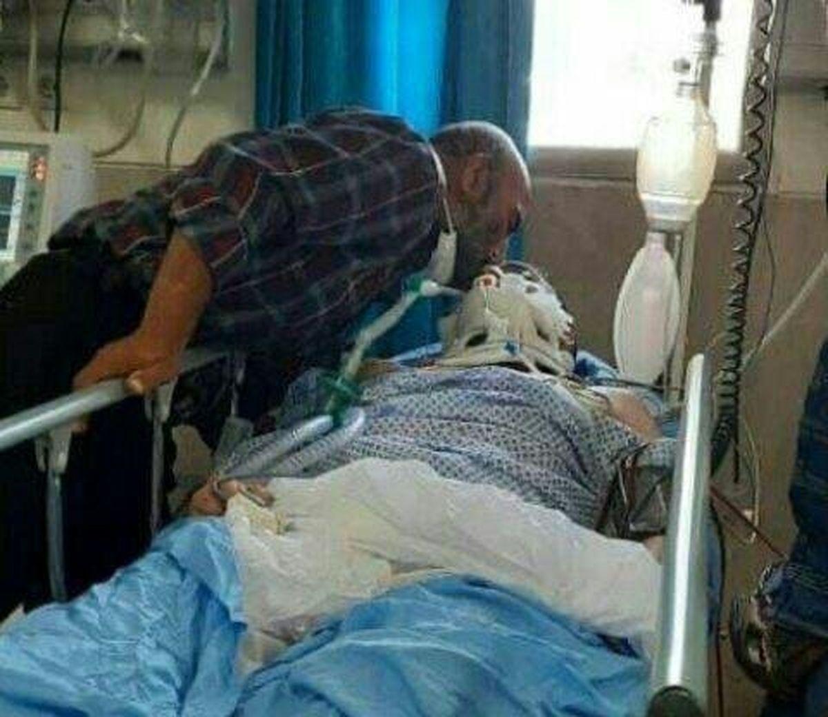 عکسی تاثیرگذار از خداحافظی پدر از پسر در بیمارستانی در ایران