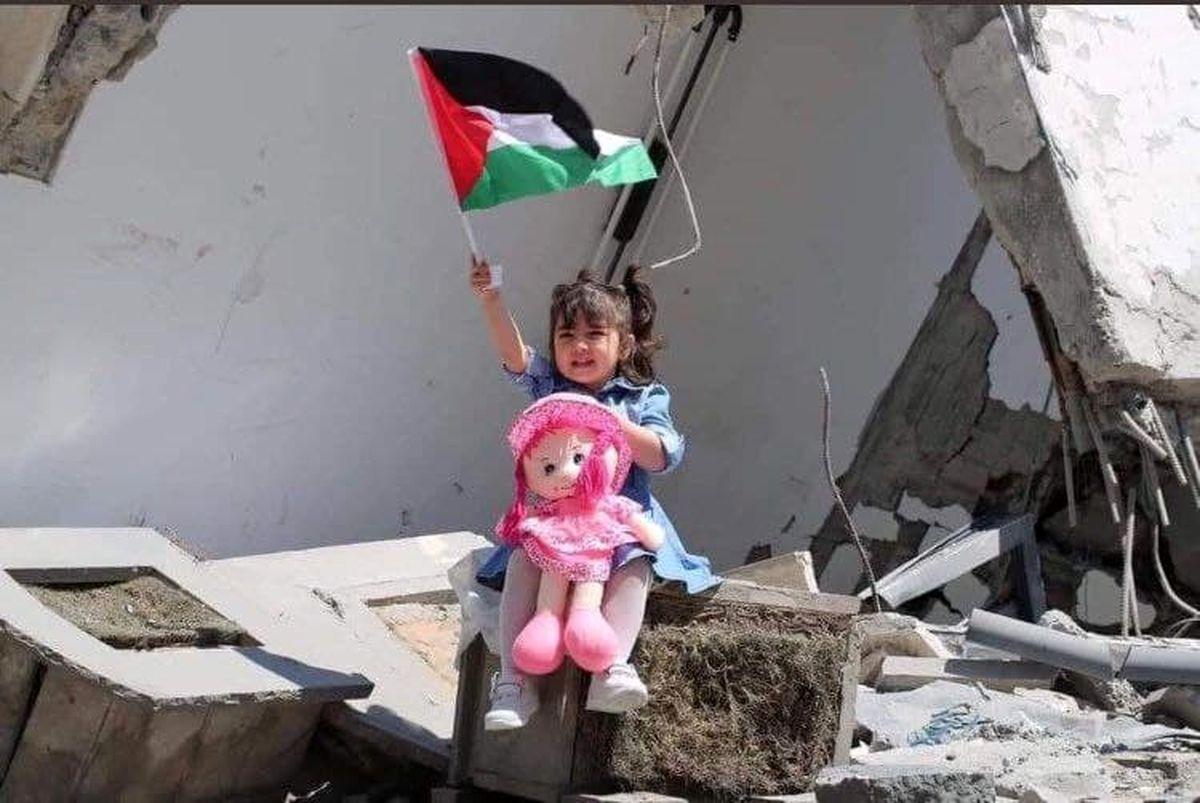 تصویری متاثر کننده از کودک غزه ای در میان خرابه ها