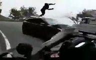 کله معلق زدن موتورسوار پس از تصادف شاخ به شاخ + فیلم