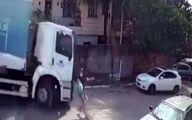 نجات شگفت انگیز عابر پیاده پس از تصادف کامیون! +فیلم