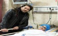 فیلم: عیادت غیر منتظره بهرام رادان با طرفدار زلزله زده اش