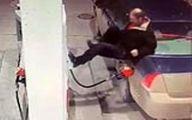 واکنش جنون آمیز مرد میانسال به نقص فنی در پمپ بنزین +فیلم