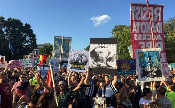 تجمع بومیان آمریکایی مقابل کاخ سفید +عکس