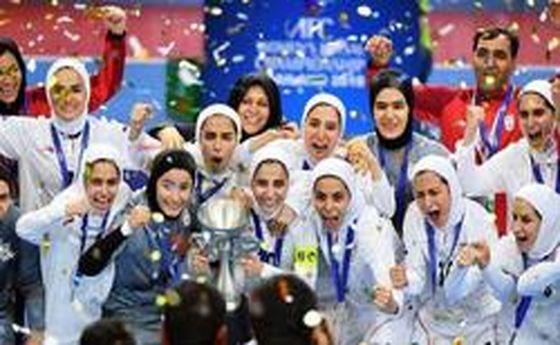 لحظه بالا بردن جام قهرمانی فوتسال آسیا توسط بانوان ایرانی