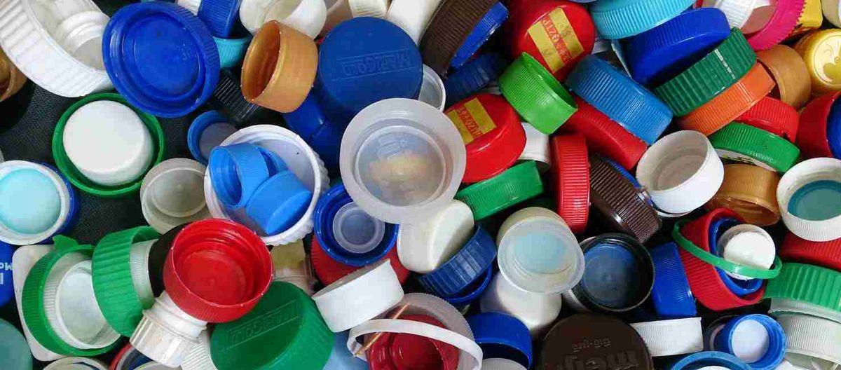 با یک درب بطری چه کارهایی می توان کرد؟/ وقتی که پول بازیافت درب های پلاستیکی، صرف شاد کردن دل نیازمندان میشود