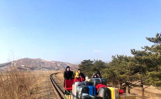 وسیله نقلیه عجیب دیپلماتهای روس برای ترک کره شمالی! +عکس