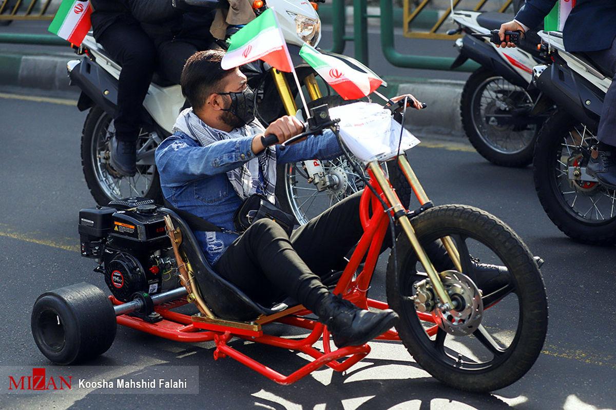 عکس: موتور متفاوت در راهپیمایی 22 بهمن