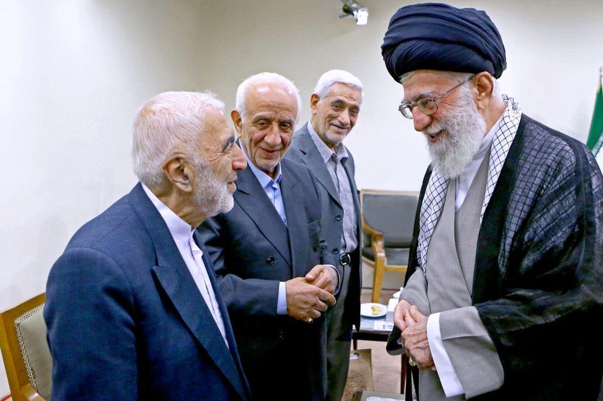 تصویری از گفتوگوی رهبر انقلاب با حاج محسن آقا قلهکی