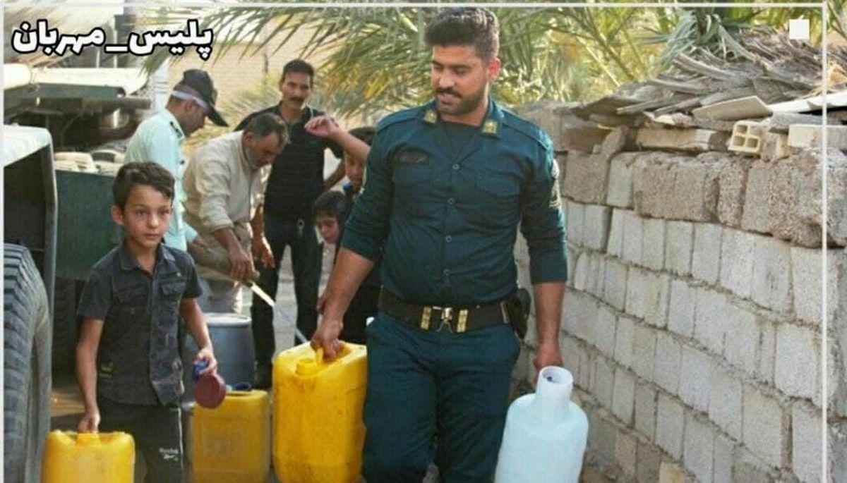 تصویری از شهید «ضرغام پرست» درحال آبرسانی در خوزستان