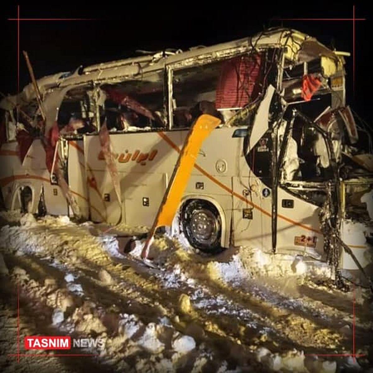 سقوط بهمن و واژگونی اتوبوس فوتسالیست ها/ یک کشته و ۱۹ زخمی +فیلم