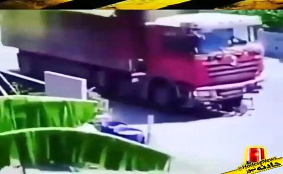 تصادف شدید موتور با کامیون +فیلم