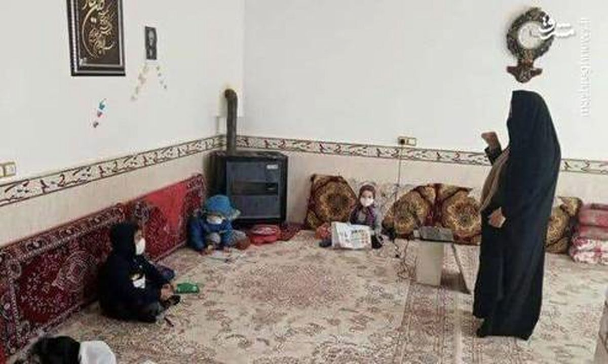 عکس: معلم فداکار خانه اش را کلاس درس کرد!