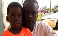 کار عجیب یک پدر برای نجات فرزندش از طوفان دوریان! +عکس