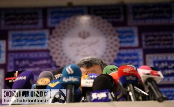 دو تصویر ویژه از احمدی نژاد پشت میکروفون