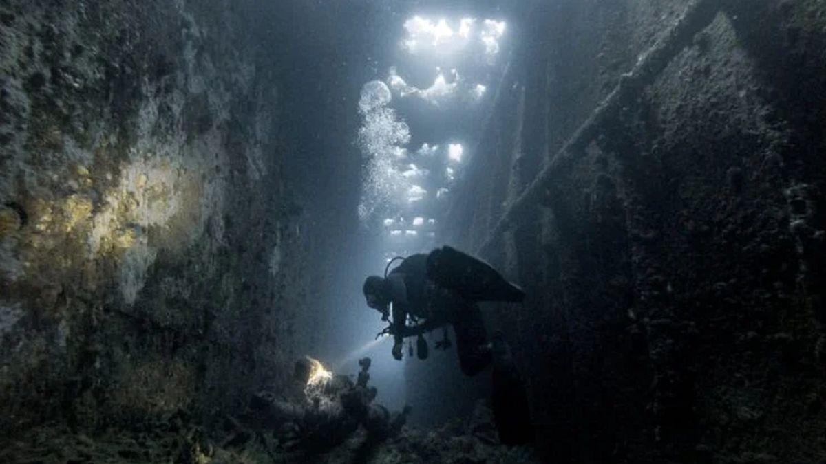 مردی که ۱۰ سال در اعماق دریا دنبال همسرش است! +فیلم