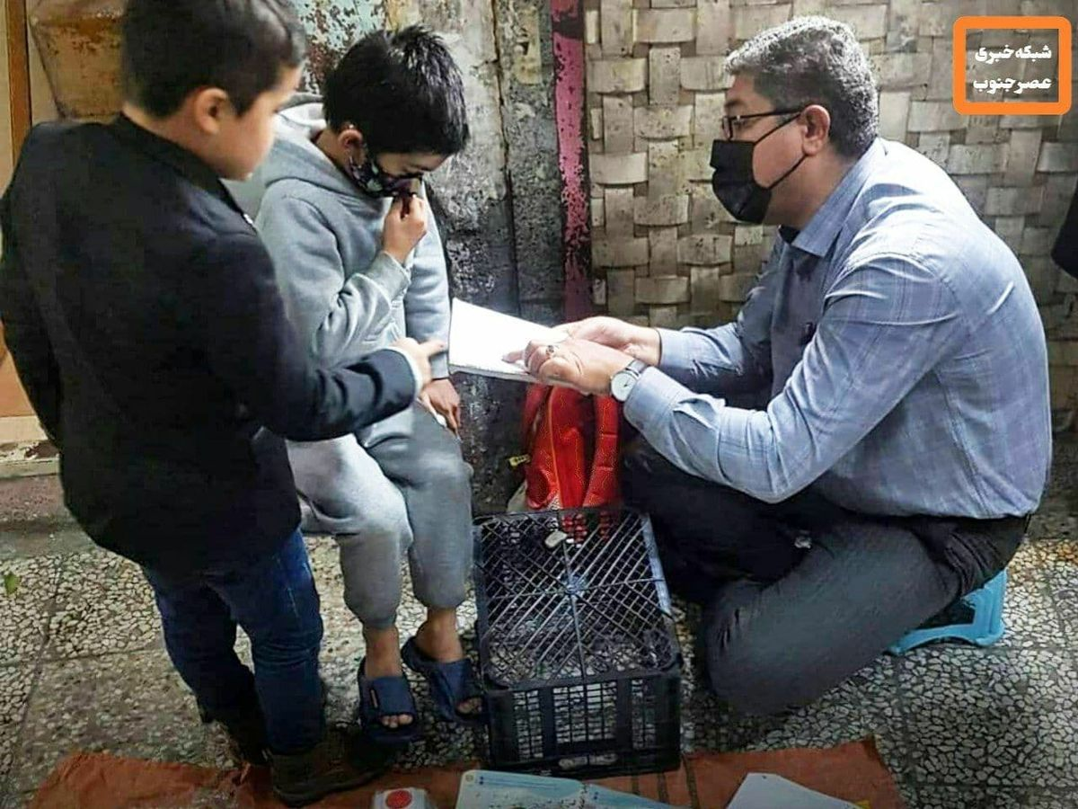 کار معلم دزفولی برای کودکان افغان جهانی شد +عکس
