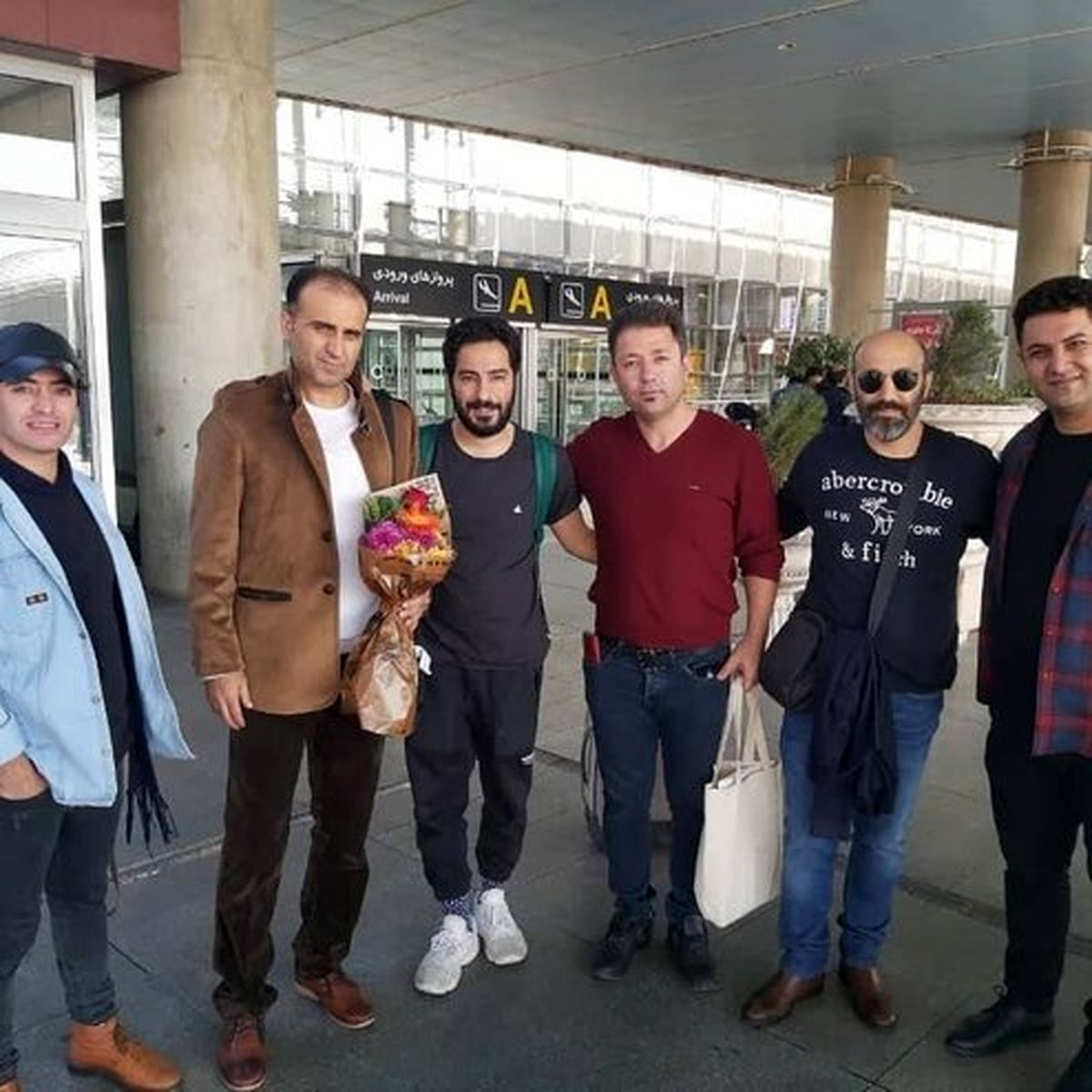 نوید محمدزاده پس از بازگشت از توکیو در فرودگاه امام خمینی +عکس