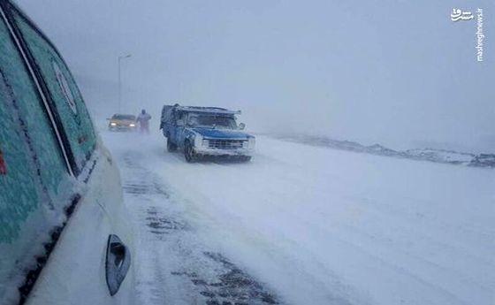 تصاویر: زمین گیر شدن ماشینها در برف و کولاکِ جاده خلخال به اسالم