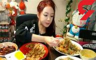 درآمد دختر جوان با غذا حوردن آنلاین مقابل چشم کاربران! +عکس