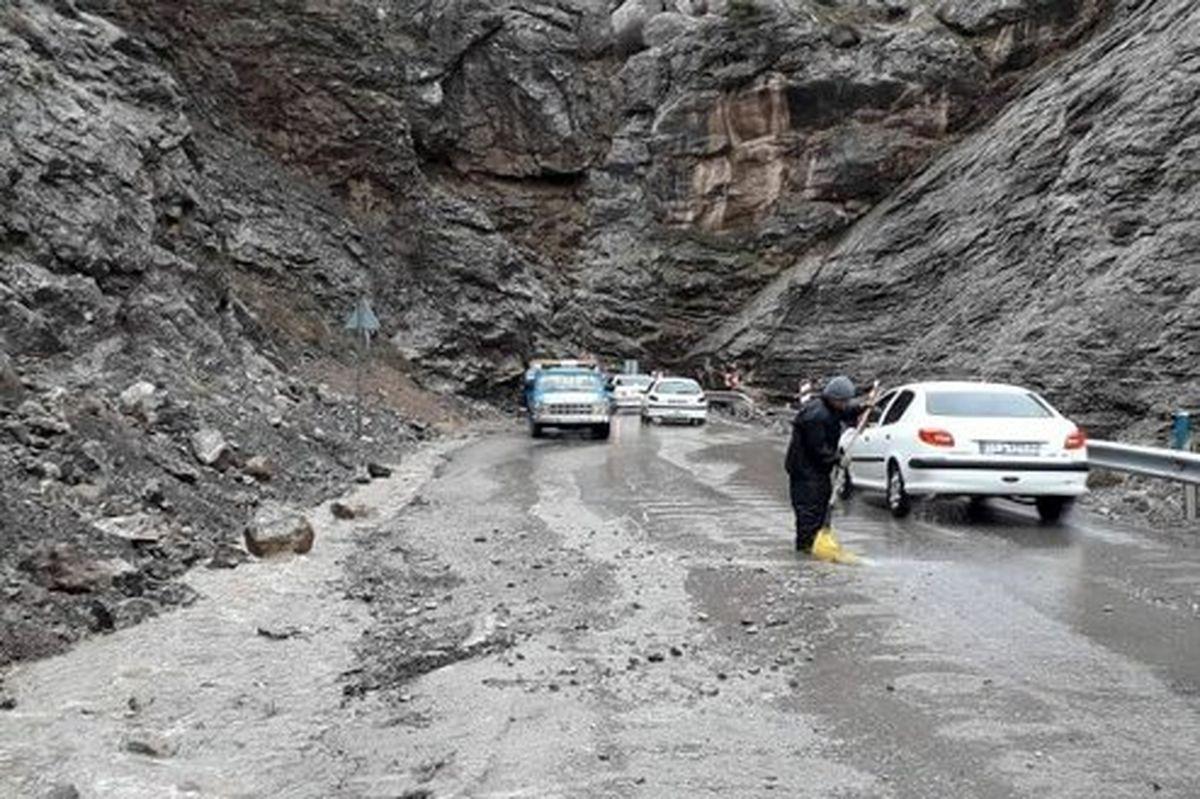 ریزش سنگین کوه در جاده چالوس